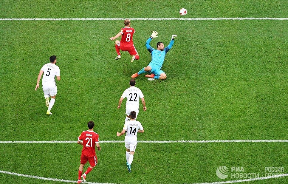 Игровой момент у ворот сборной Новой Зеландии во время матча Кубка конфедераций-2017 между сборными России и Новой Зеландии. 17 июня 2017