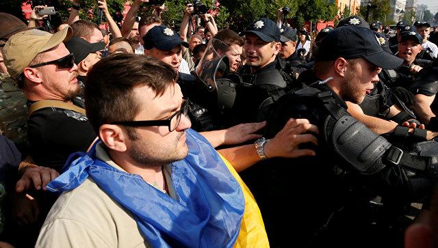 Появилось видео стычек националистов исекс-меньшинств нагей-параде вКиеве