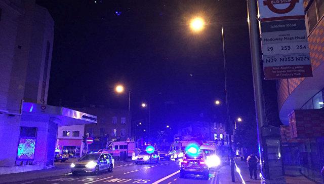 В Лондоне фургон наехал на толпу людей у мечети