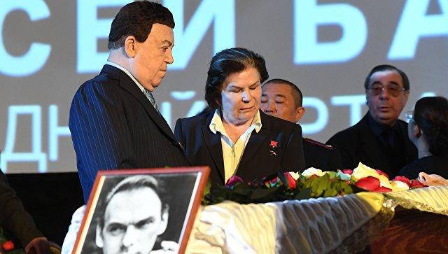 Иосиф Кобзон и Валентина Терешкова на церемонии прощания с актером Алексеем Баталовым
