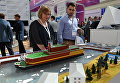Посетители на IX Международном форуме Атомэкспо в Москве