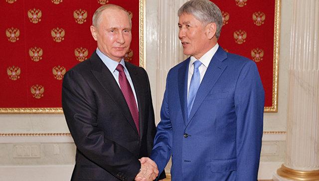 Президент РФ Владимир Путин и президент Киргизии Алмазбек Атамбаев во время неформальной встречи. 19 июня 2017