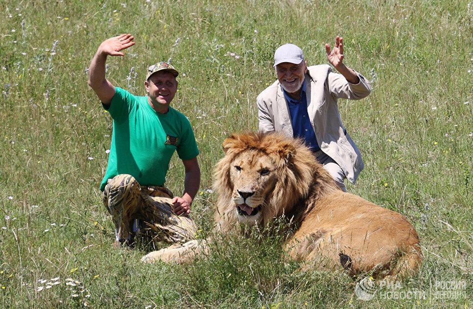 Николай Дроздов на съемках программы В мире животных в крымском сафари-парке Тайган