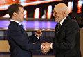Президент РФ Дмитрий Медведев вручает орден За заслуги перед Отечеством IV степени автору и ведущему телепрограммы В мире животных