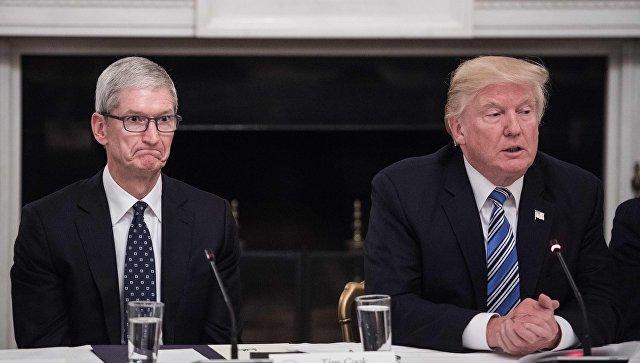 Генеральный директор Apple Тим Кук слушает президента США Дональда Трампа во время круглого стола в Белом доме в Вашингтоне