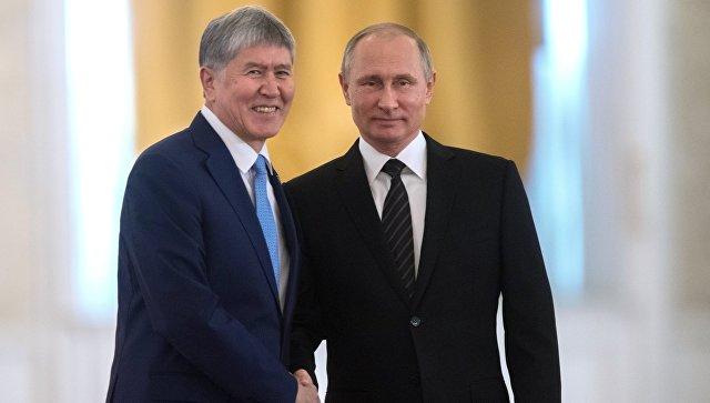 Президент РФ Владимир Путин и президент Киргизии Алмазбек Атамбаев. Архивное фото