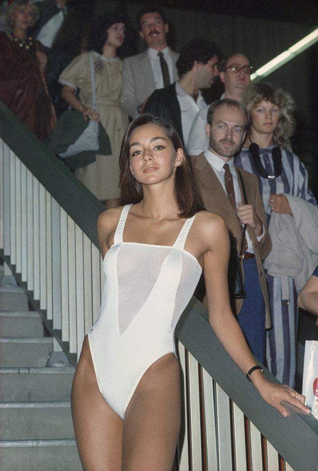 Модель демонстрирует купальник из коллекции Весна-лето 1984 дизайнера Пьера Кардена