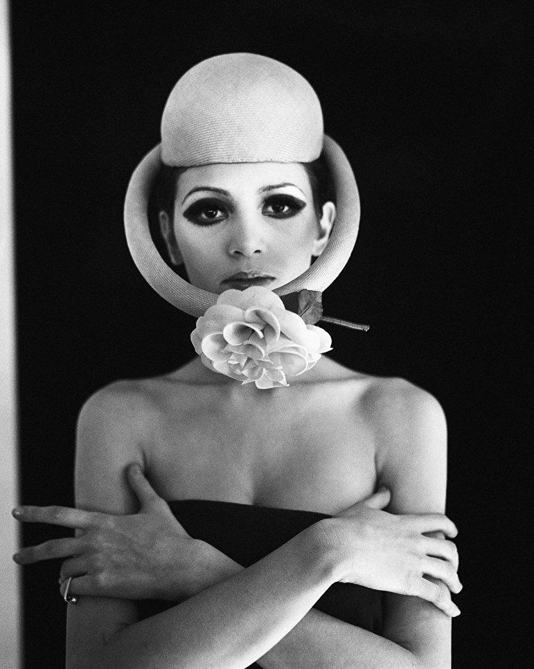 Модель в шляпе Satellite модельера Пьера Кардена во время показа моды в Париже. 4 февраля 1968 года