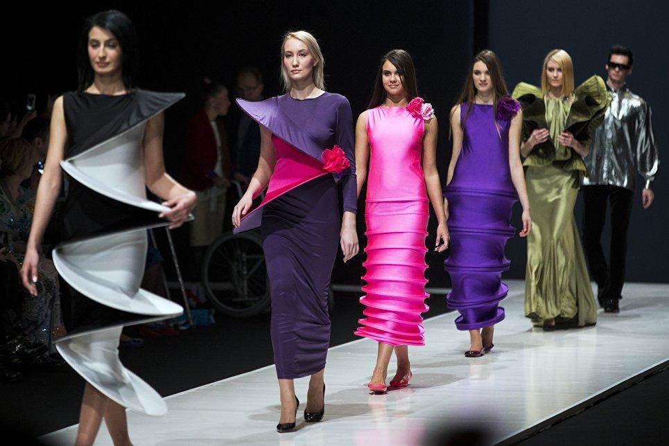 Модели на показе Недели моды дизайнера Пьера Кардена в Москве. 2016 год