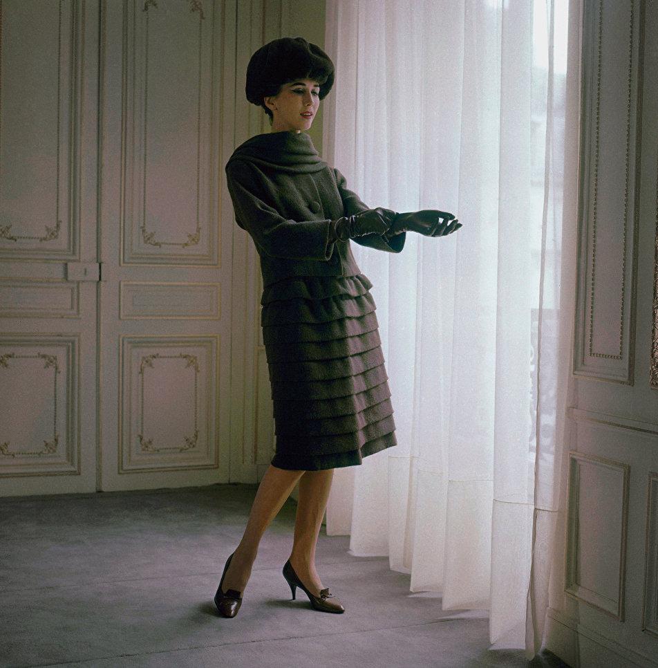 Модель демонстрирует коллекцию Осень-зима 1958-1959 французского модельера Пьера Кардена