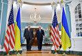 Президент Украины Петр Порошенко и государственный секретарь США Рекс Тиллерсон во время встречи в Вашингтоне