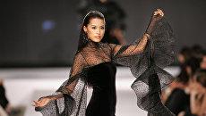 Модель наряде от французского дизайнера Пьера Кардена. 2006 год