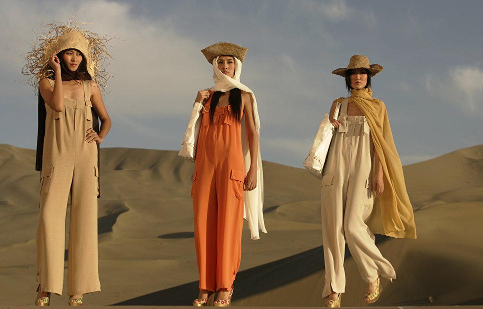 Модели на показе моды Пьера Кардена в пустыне в северо-западной провинции КНР. 2007 год