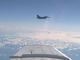 Истребитель НАТО F-16 в момент сближения с самолетом министра обороны РФ Сергея Шойгу
