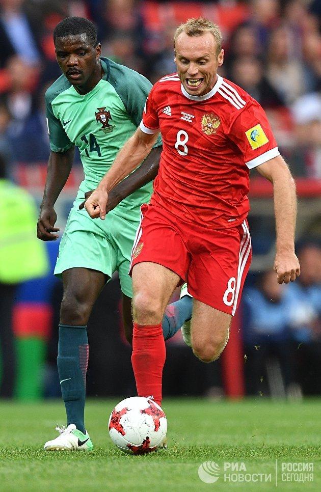 Виллиам Карвалью (Португалия) и Денис Глушаков (Россия) во время матча Кубка конфедераций-2017 по футболу между сборными России и Португалии