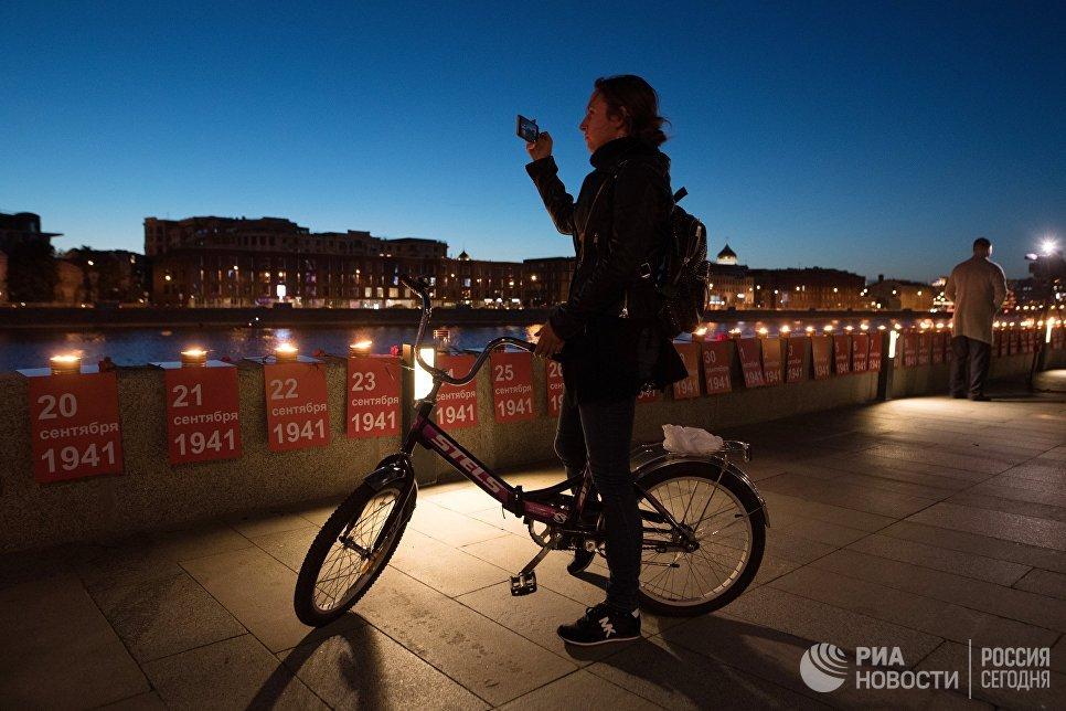 Участник патриотической акции Линия памяти на Крымской набережной вдоль Москвы-реки в память о погибших в Великой Отечественной войне