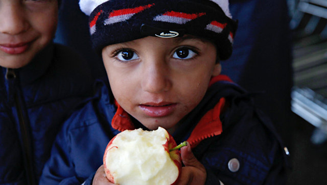 Дети беженцев из стран Ближнего Востока на вокзале Вестбанхоф в Вене