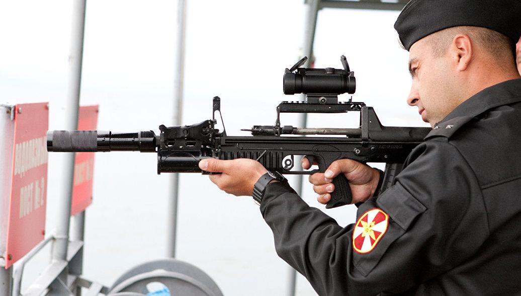 Военнослужащий контрактной службы проводит испытание опытного образца специального вооружения водолаза - автомата двухсредного АДС. Архивное фото