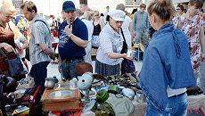 Посетители на блошином рынке, расположенном на территории Музея Москвы. Архивное фото