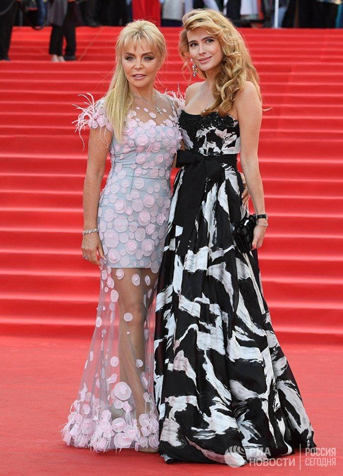 Актриса Анна Горшкова (справа) на церемонии открытия 39-го Московского международного кинофестиваля в Москве