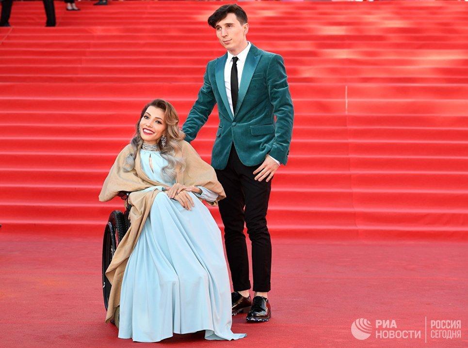 Российская певица Юлия Самойлова и её супруг, музыкант Алексей Таран на церемонии открытия 39-го Международного Московского кинофестиваля