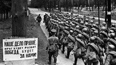 Колонны бойцов движутся на фронт. Москва. 23 июня 1941. Архивное фото