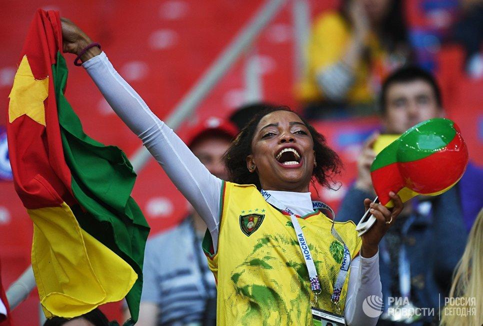 Камерунская болельщица на трибуне стадиона Спартак перед матчем Кубка конфедераций-2017 по футболу между сборными Камеруна и Чили