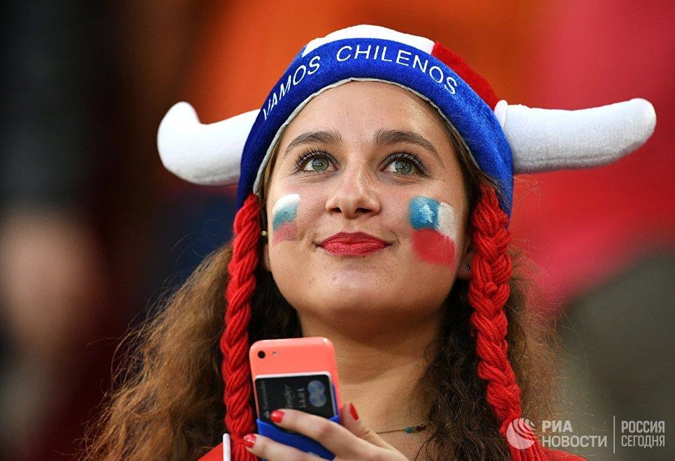 Чилиская болельщица перед началом матча Кубка конфедераций-2017 по футболу между сборными Камеруна и Чили