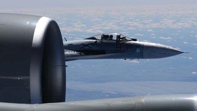 Сближение российского Су-27 с самолетом-разведчиком США RC-135U. Архивное фото
