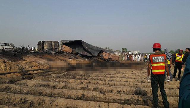 В Пакистане возгорание бензовоза привело к гибели 100 человек