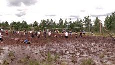 Грязно, зато весело: под Петербургом прошел турнир по болотному волейболу