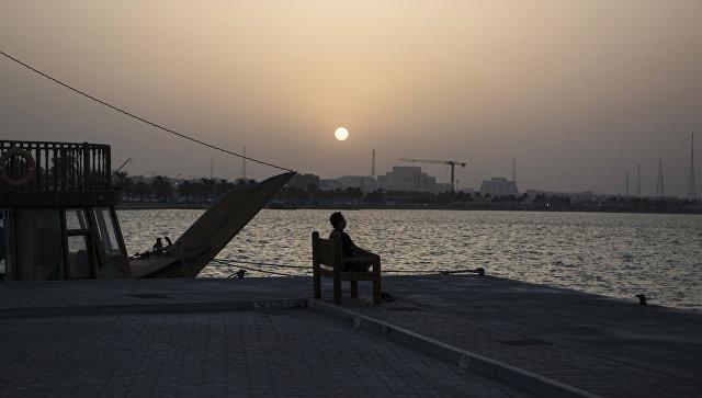 Мужчина на набережной в столице Катара Дохе. Архивное фото