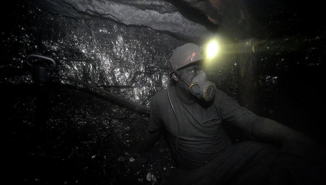 В Макеевке из попавшей под обстрел шахты эвакуируют ...: https://ria.ru/world/20170202/1487021196.html