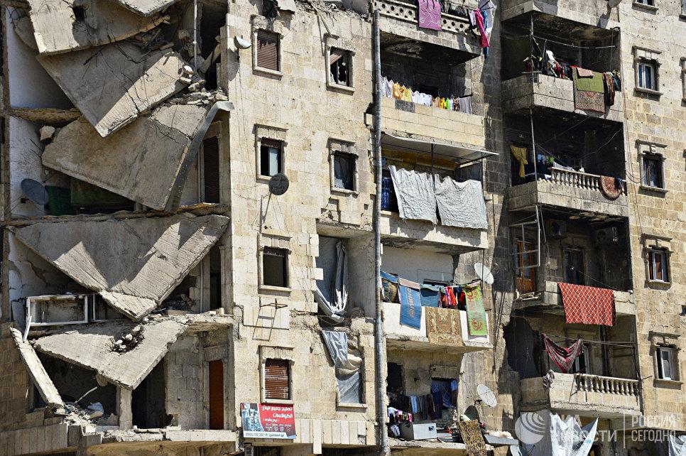 Жители района Салах-ад-дин города Алеппо продолжают жить в разрушенных домах.  Сирия, 14.04.2016