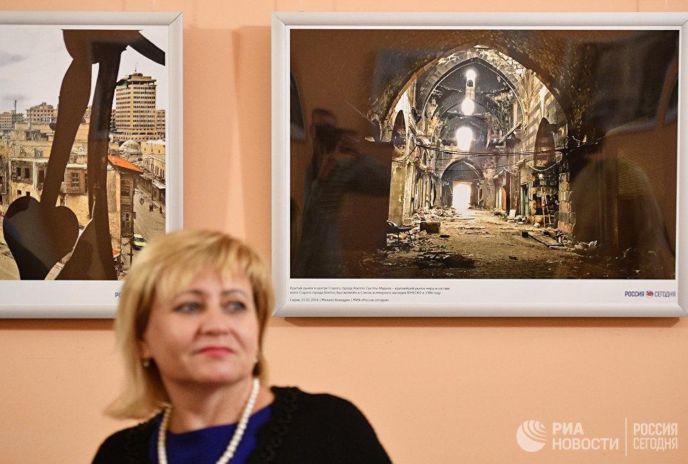 Посетитель на открытии фотовыставки Война и… мiръ? в фойе Зимина Московского музыкального театра Геликон-опера