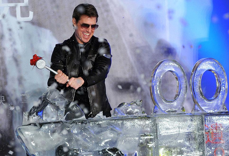 Американский актер Том Круз разбивает ледяную скульптуру во время премьеры своего фильма Обливион в Тайбэе
