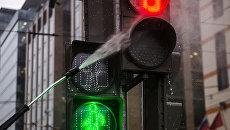 Сотрудники Центра организации дорожного движения моют светофор. Архивное фото