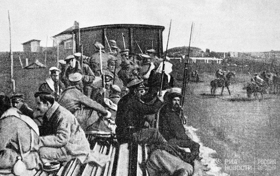 Солдаты возвращаются домой. В результате работы большевистских агитаторов солдаты отказались поддержать мятеж генерала Корнилова, который ставил своей целью установление военной диктатуры в России.