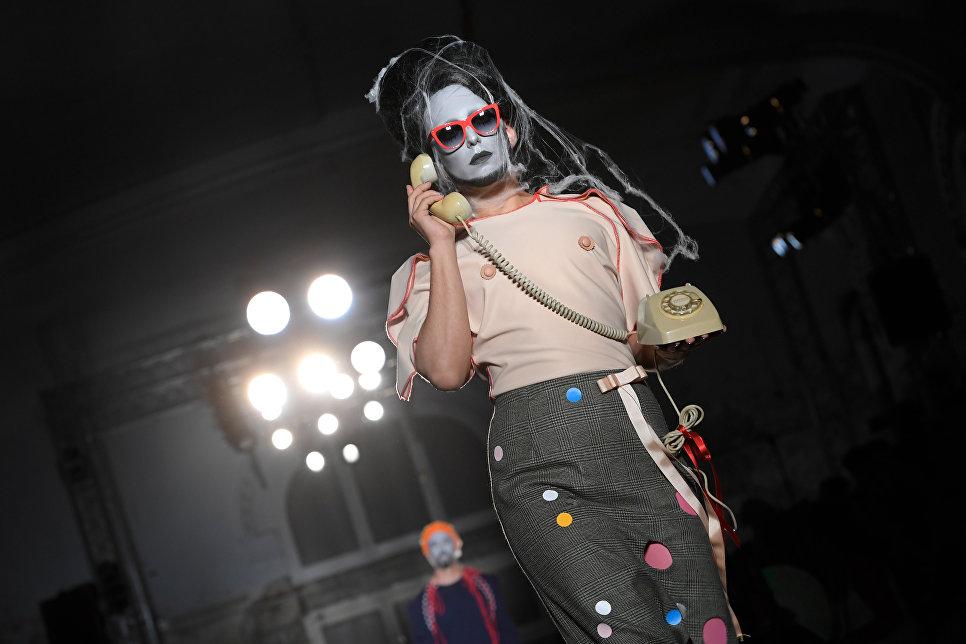 Модель во время показа коллекции Braian & Beast на неделе моды в Барселоне