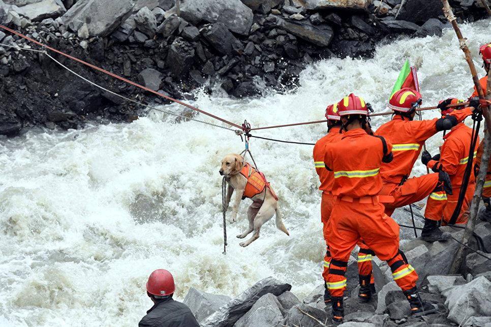Спасатели на месте схода оползня в провинции Сычуань, Китай. 25 июня 2017