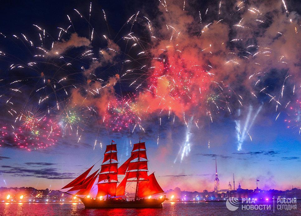 Шведский парусник Tre Kronor под алыми парусами во время салюта на празднике выпускников Алые паруса-2017 в Санкт-Петербурге