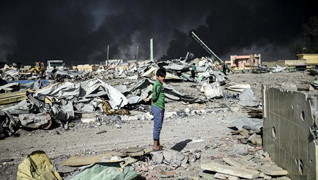 Иракский мальчик на месте авиаудара в Мосуле. Архивное фото