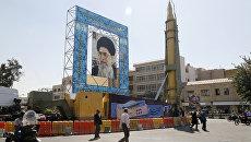 Иранская баллистическая ракета Ghadr-F рядом с портретом аятоллы Али Хаменеи в Тегеране