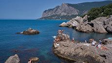 Отдыхающие в бухте Ласпи в Крыму