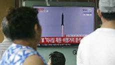 Трансляция полета баллистической ракеты, выпущенной КНДР. Архивное фото