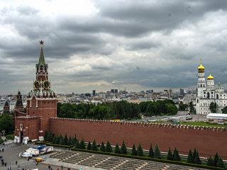 Вид на Спасскую башню и Колокольню Ивана Великого в Москве. Архивное фото