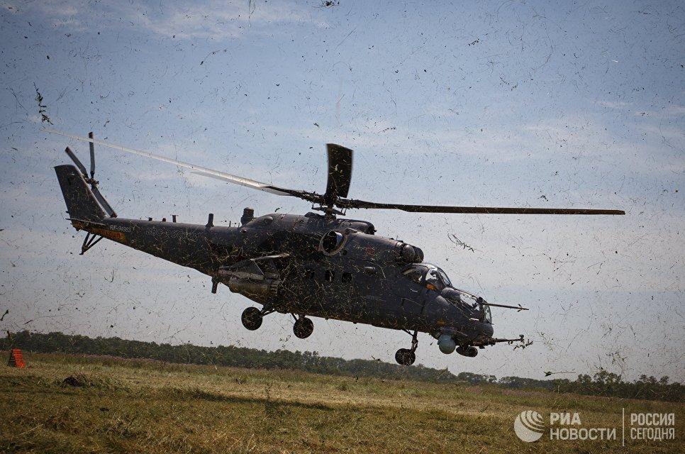 Транспортно-боевой вертолет Ми-35М во время совместных тактико-специальных учений соединений специального назначения и экипажей армейской авиации на аэродроме Кореновский