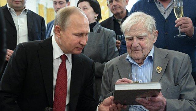 Президент РФ Владимир Путин и писатель Даниил Гранин. Архивное фото