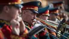 Музыканты военного оркестра во время выступления в рамках программы Военные оркестры в парках