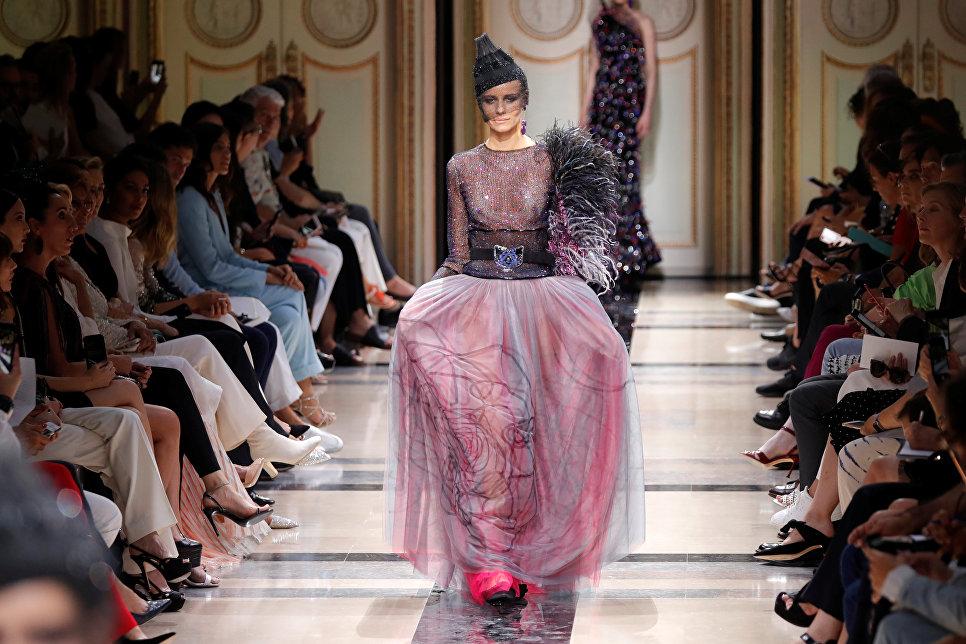 Показ коллекции Giorgio Armani на Неделе высокой моды сезона осень/зима 2017-2018 в Париже